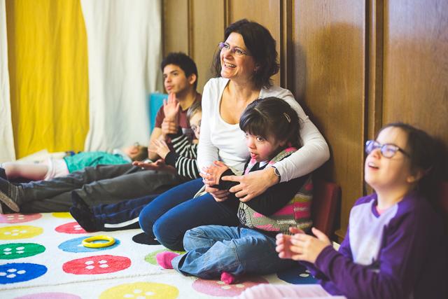 Konduktorin sitzt mit zwei Kindern zusammen